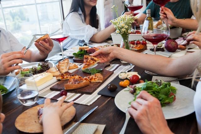 楽しくお食事パーティーする人々