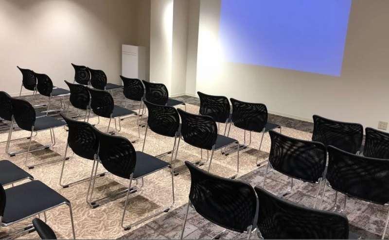 テーブルを外し、椅子のみを並べたレイアウトです。映画祭やセミナー、講習会、講演会などにオススメ
