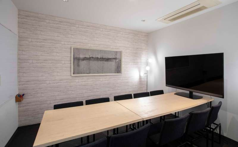 会議室大(10名)TV会議可能、モニター完備、ホワイトボード機能、電源プラグ、プロジェクター