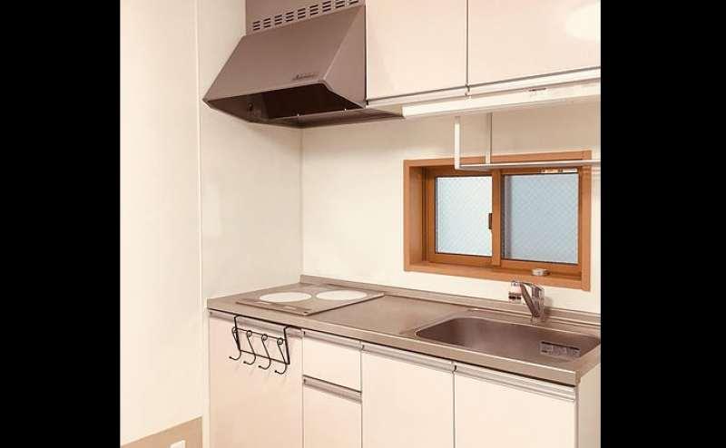 IHコンロ、冷蔵庫完備のキッチン。ご自由にお使いいただけます。