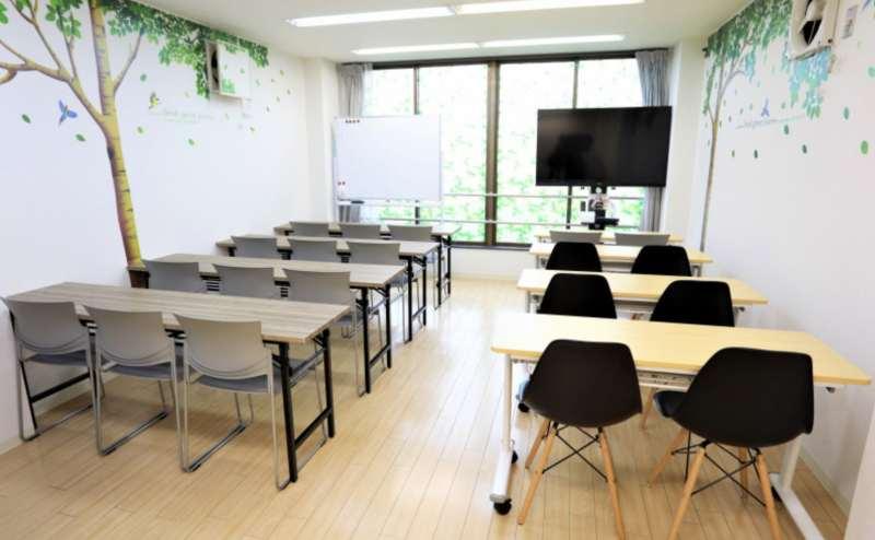 スクール型レイアウトの例です。会議やミーティング、研修会にぴったりです。ホワイトボードあり
