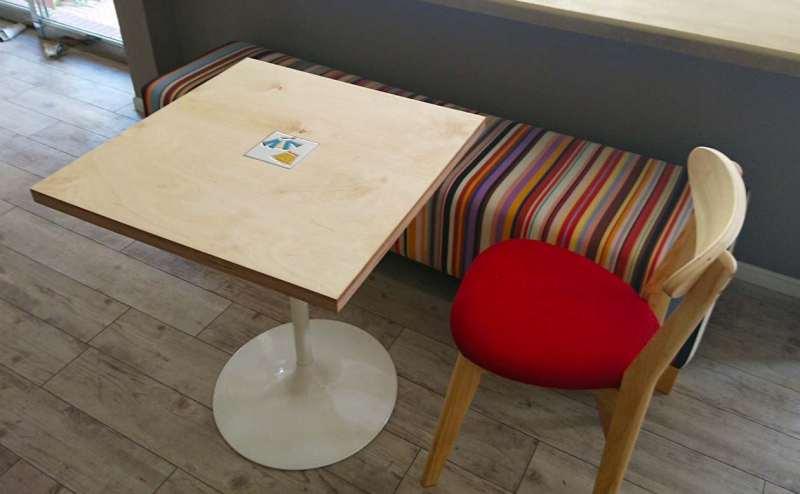 オシャレなカフェテーブルとイス
