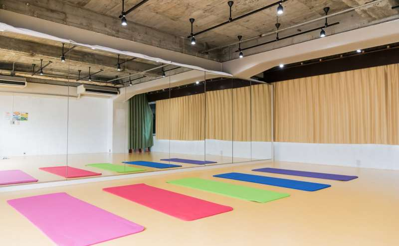 鏡張りのスタジオです。8m×10mの長方形で使いやすい形です。スタジオ内に別途、更衣室として利用できるカーテンで区切られた空間があります。