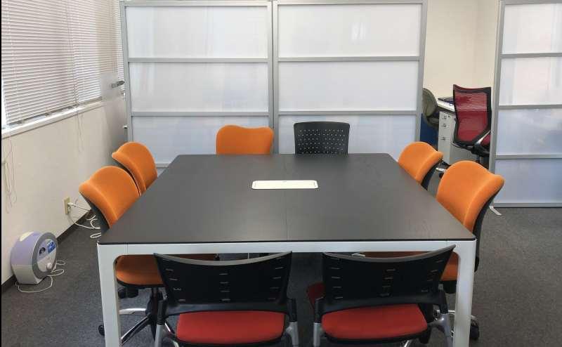 4-8名程度で、1つのテーブルで囲んで話し合いができます。