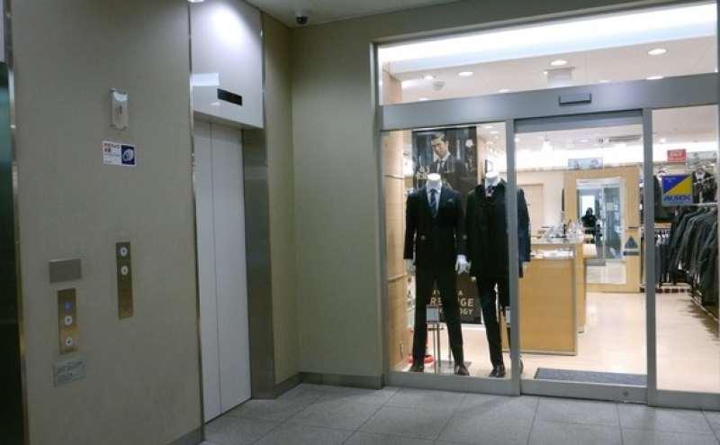 ソファースペースC、Dは3階です。こちらのエレベーターをご利用ください