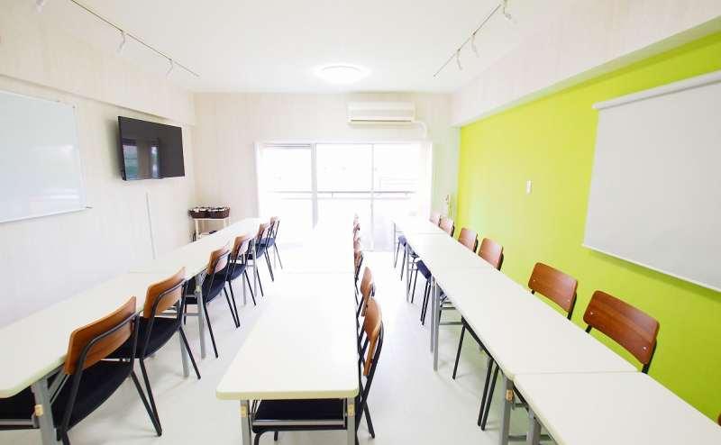 セミナー・教室用レイアウトです。ホワイトボードと50インチ大型モニターが並列で並んでいるのでプレゼンしやすい配置です。