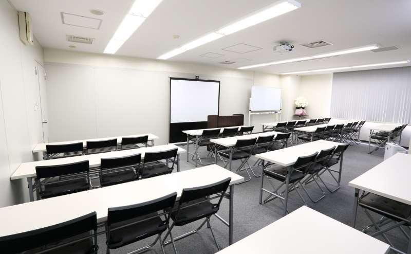 梅田店B室 最大で39名 演台、ホワイトボード1、スクリーン80inch常設