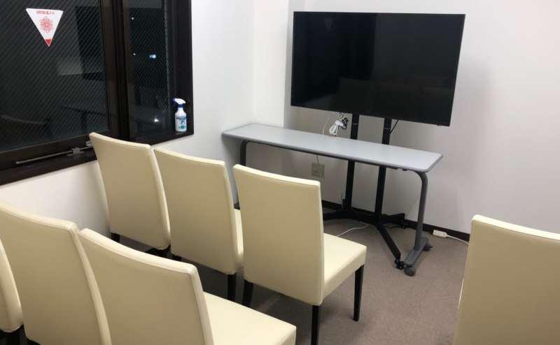 机をたたみ椅子だけで。上映会などに!