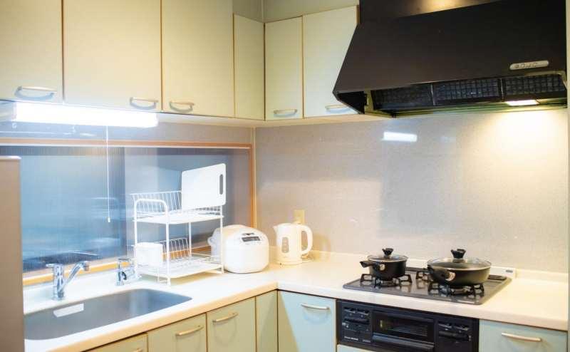 設備の整ったL型キッチン。すべての家電、調理器具が無料です