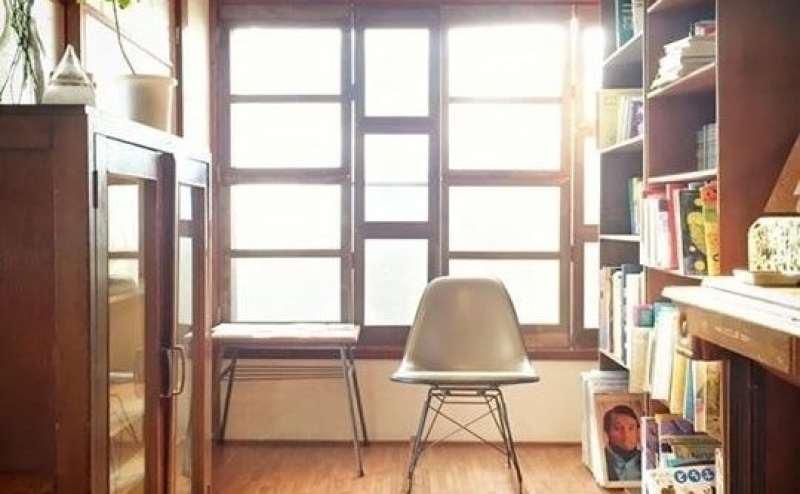 本棚の本はご自由にお読みください。お子様向けの絵本も豊富にございます