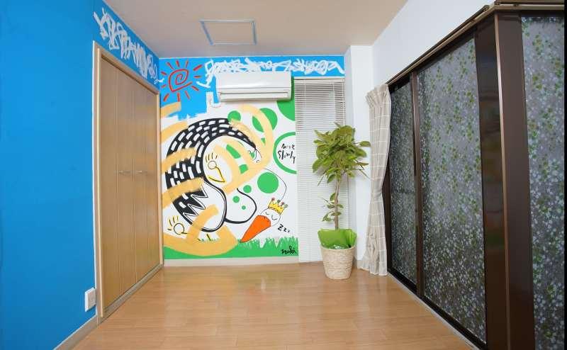 広々とした部屋におしゃれな壁画でリラックスできる空間です。