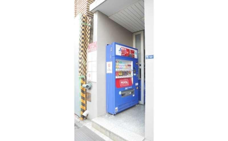 ビル入口です。自販機もあります。