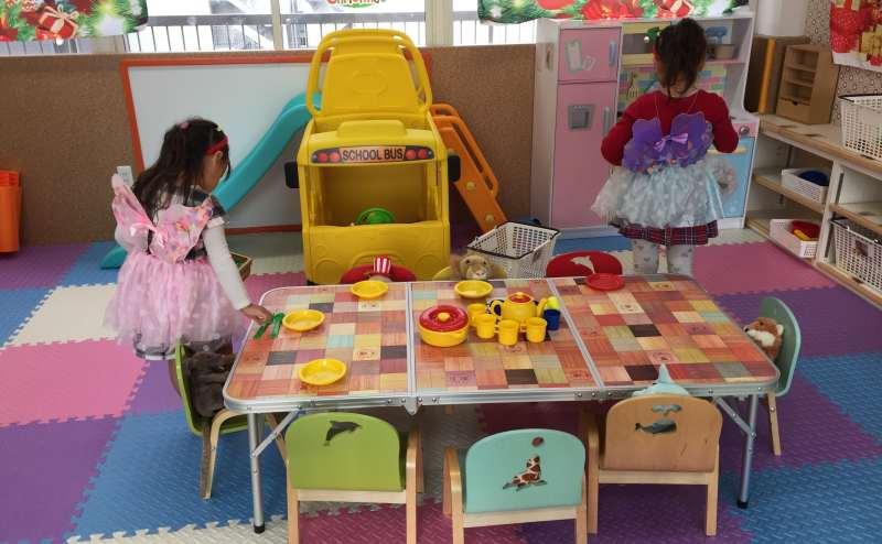 お子様向けのテーブルや椅子もございます。ご利用ください