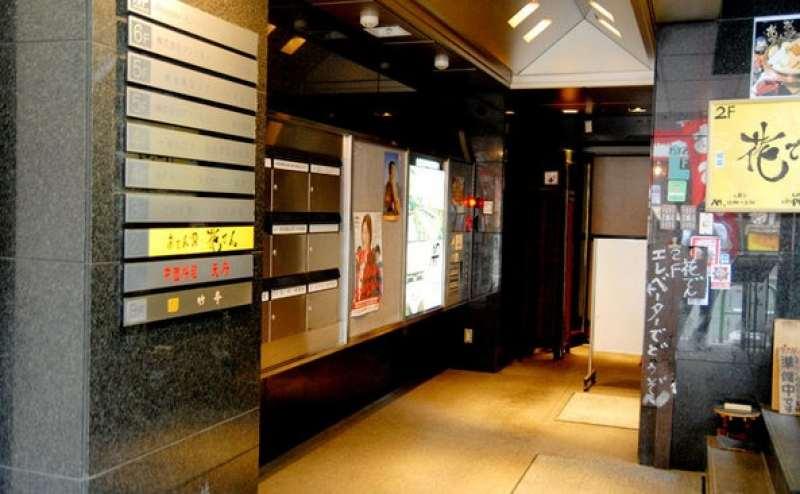 エレベーター完備。案内ボードは自由にお使いいただけます。