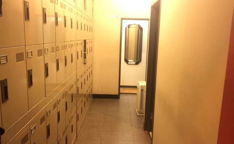 広く清潔なロッカースペース 奥に個室の更衣室があります