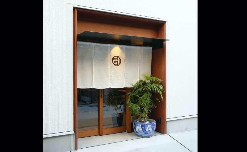入り口です。パーティの場合は暖簾で目隠しもできます。展示会などの場合は暖簾を取ると前面ガラス張りで中がよく見えます。