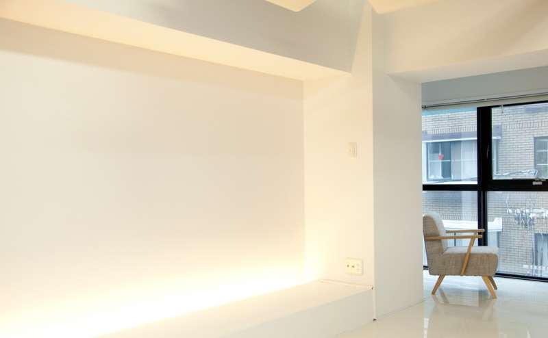 白くて明るい壁はどんな撮影にも対応できます。絵画やイラストを飾っても