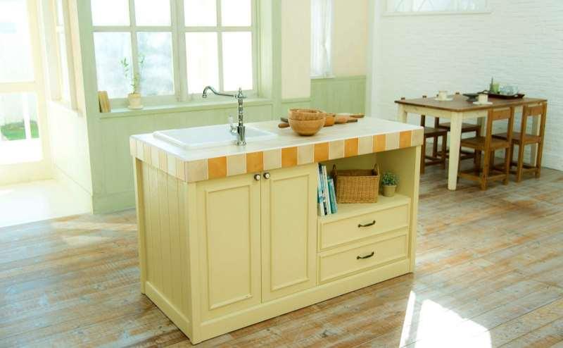 【A-Room】移動が自在なキッチンはマットタイルで使いやすいです(水は出ませんのでご注意ください)
