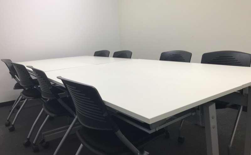 清潔で使いやすい会議室、研修室です。ホワイトボード、プロジェクターは、無料です。