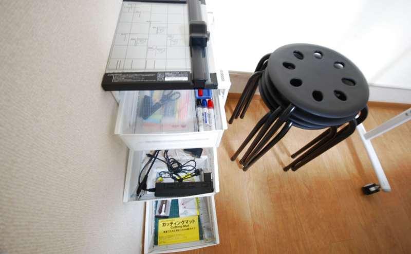 文房具類を入れた収納と補助椅子です