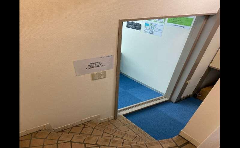 ドアを開けるとスペースに繋がります。こちらにもドアがあります。