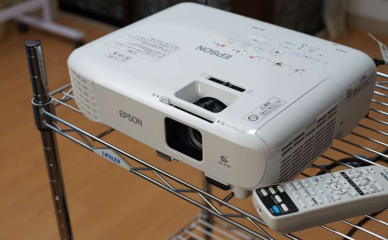 プロジェクターはEPSONの簡単操作で明るい画面です。