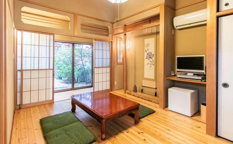 旅館を思わせる8畳の純和風の部屋。床の間があり、ポートレート、コスプレ、動画撮影に最適です。障子から中庭を眺めながら、静かでゆっくりとした時間をお過ごしください。