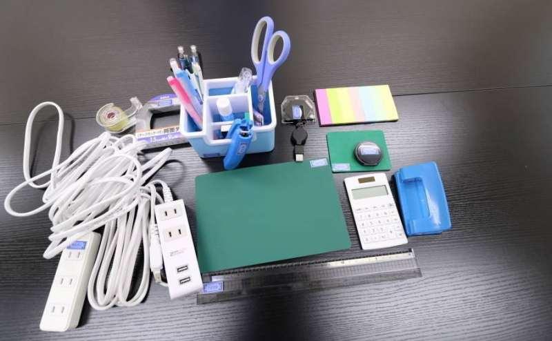 各種文房具を設置。USB付き延長ケーブルもあります。