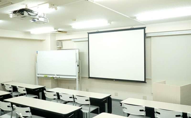 プロジェクターは天井設置、100インチスクリーン、ホワイトボード、演台となります