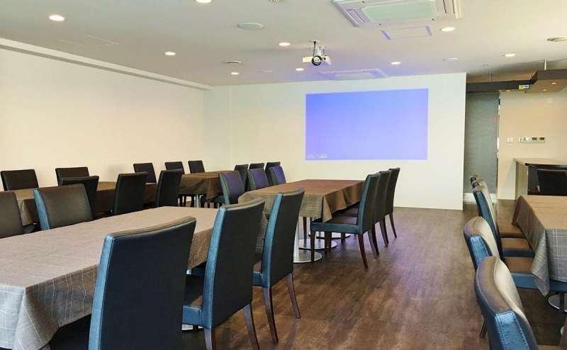 大型スクリーン完備。会議や講演会、上映会にもご利用いただけます
