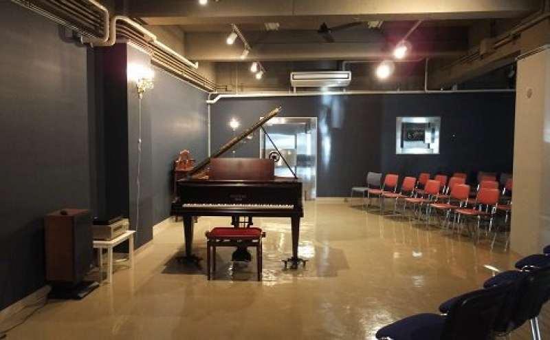 フラットなステージ。ピアノの奥には旧金庫室(控室)