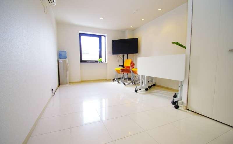テーブルは簡単に折り畳み可能、椅子も積み重ね可能のため、床スペースを広くご活用頂けます