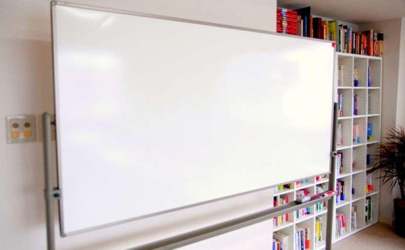 ホワイトボードのレンタルもおこなっております。カラフルな本もお読みいただけます。