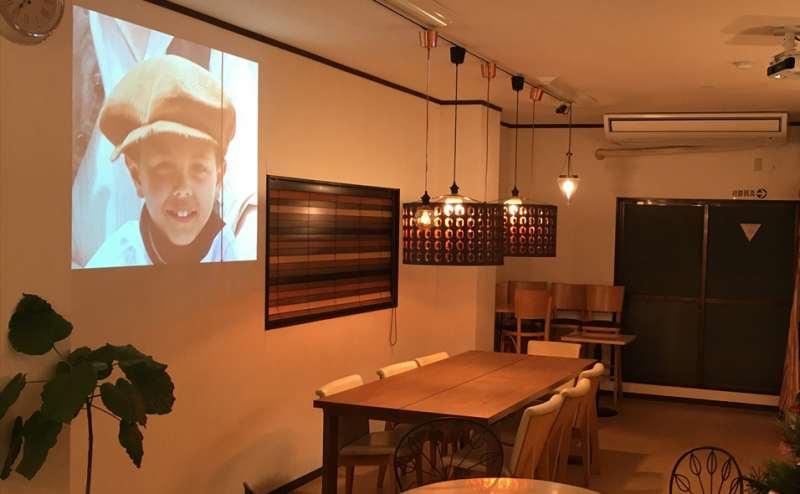 DVDを天吊りのプロジェクターから壁面に投影するとパーティーの臨場感があがります♪無線LANも付けてありますので、スマホやPCから動画も投影できます。