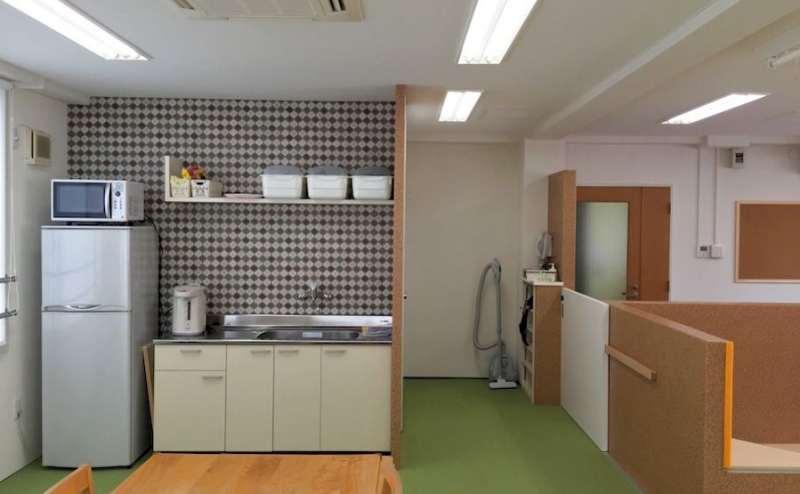 キッチンには冷蔵庫、湯沸かしポット、電子レンジなどございます。ご自由にご利用ください