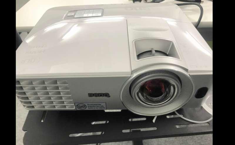 【備品】BenQプロジェクター(単焦点)レンズ側