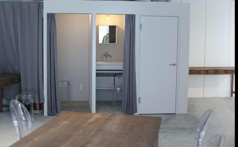 左がトイレ、中央は洗面所(フィッティングルームとしても)、左フィッティングルーム、一番左は荷物置き場