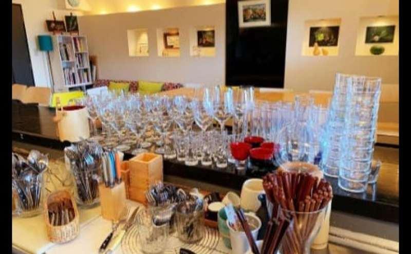 グラス、コップ、カトラリーも数が十分ございます