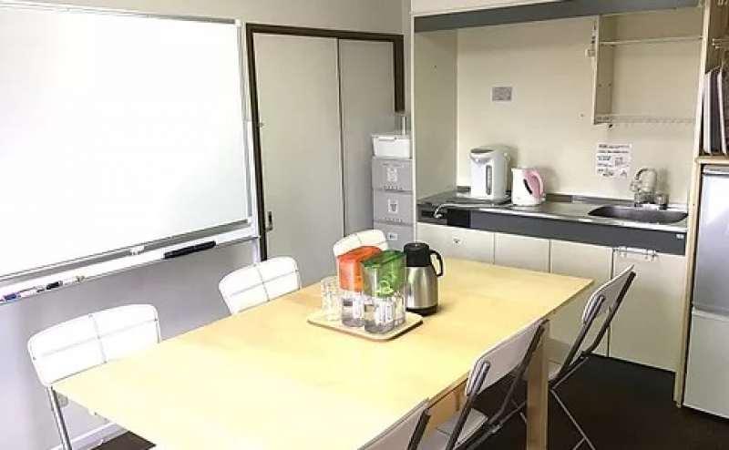 ダイニングキッチンにも机や椅子がございます 控室としてもご利用ください