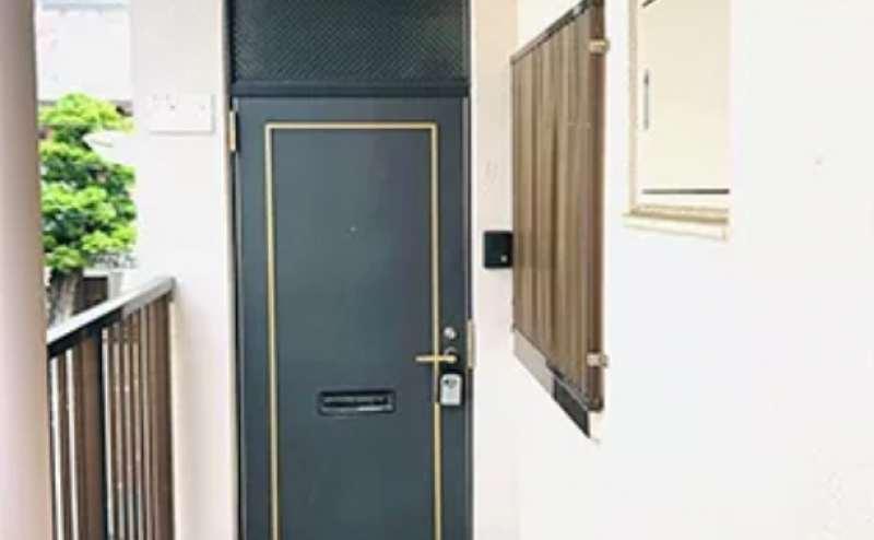 こちらが玄関です。名古屋市営地下鉄鶴舞線「大須観音駅」より徒歩7分の駅近スタジオ