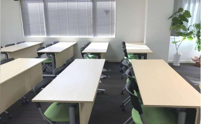 ホワイトの内装はクリーンで爽やか。グリーンの椅子が映えます