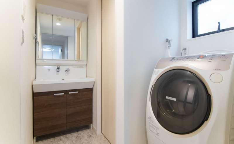 洗面所もひろびろ。洗濯機もございます