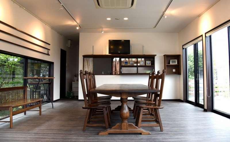 中は広くダイニングテーブルや展示台、などがあります。