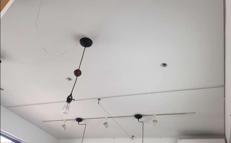 天井にはピクチャーレールやスポット照明があります
