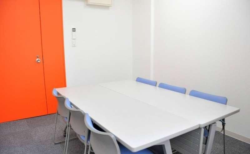 新しい施設です。清潔で明るい会議室