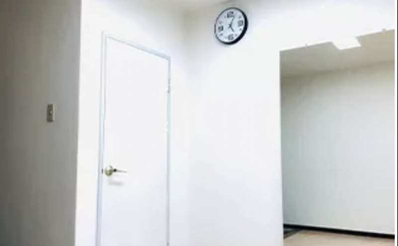 白を基調にした清潔なスタジオです。写真や動画の撮影にもご利用ください