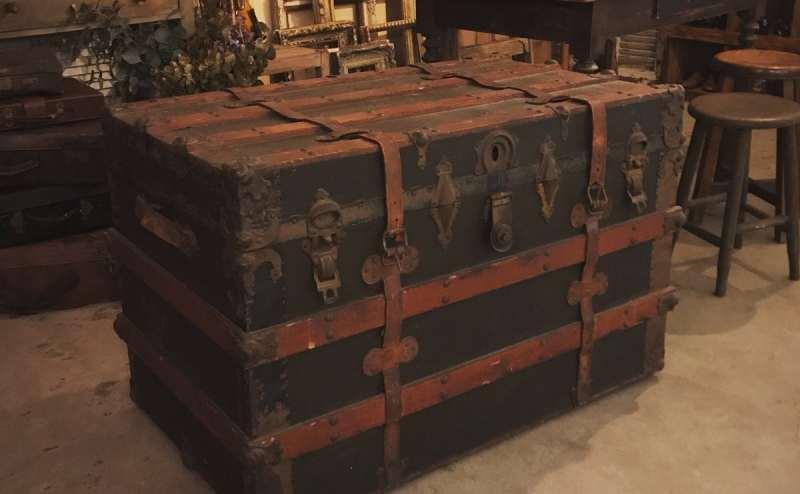 100年ほど前の船トランクです。アイロンや撮影小物が中に入っています。