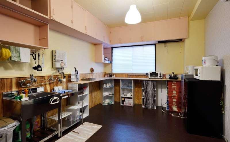 キッチンです、簡単な調理器具・食器は揃っています。