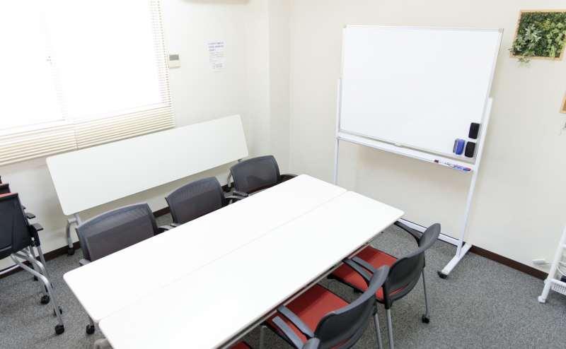 少人数向け貸し会議室「みーてぃんぐすぺーす本町」は、赤いイスがモダンでおしゃれと人気です。