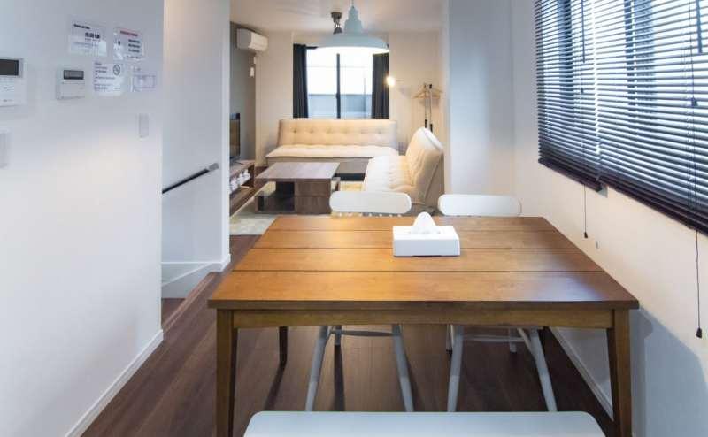 ソファエリアの他にダイニングテーブルと椅子もご用意しています